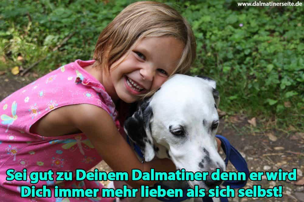 Ein Mädchen umarmt ihren Dalmatiner