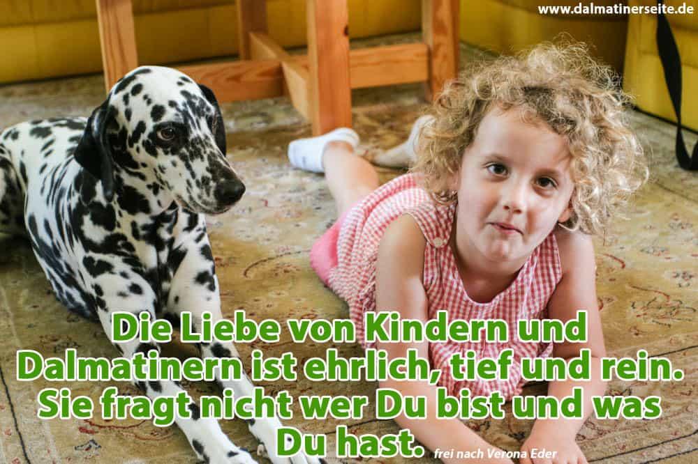 Ein Kind liegt mit seinem Dalmatiner auf dem Wohnzimmerboden