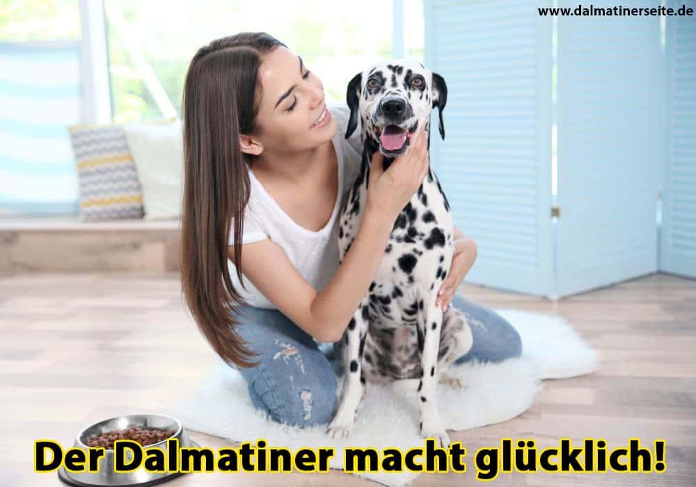 Eine Frau streichelt ihren Dalmatiner