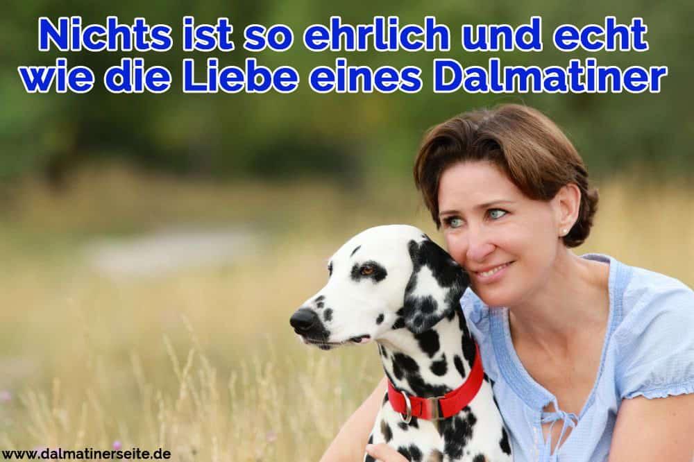 Eine Frau umarmt ihren Dalmatiner
